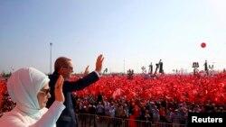 Turski predsednik Erdogan sa suprugom Eminom, na protestu podrške u Istanbulu, 7. avgusta 2016.