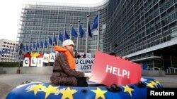 Неправителствени организации протестират пред сградата на Европейската комисия в Брюксел с искане за климатични политики