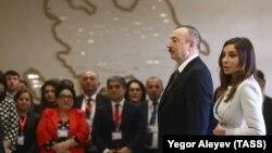 Ильхам и Мехрибан Алиевы на избирательном участке