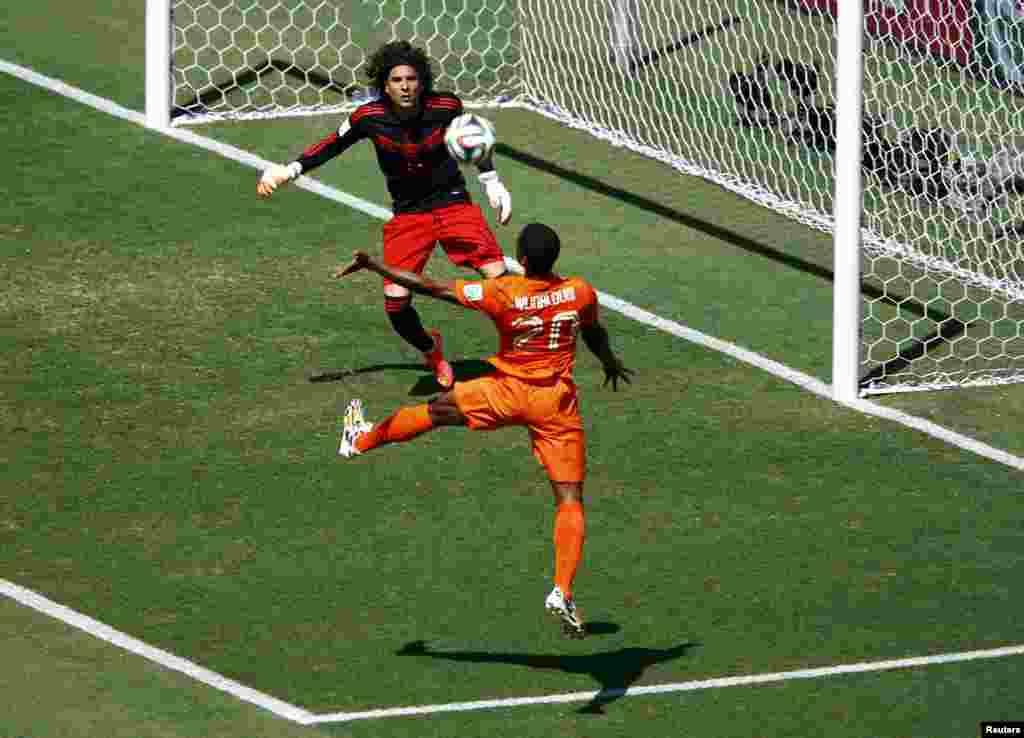 Бозии футболи Ҷоми ҷаҳон-2014 аз 29-уми июн. Ҷараёни бозии Мексика ва Нидерландия, ки бо ҳисоби 2-1 ба фоидаи нидерландҳо анҷом ёфт.