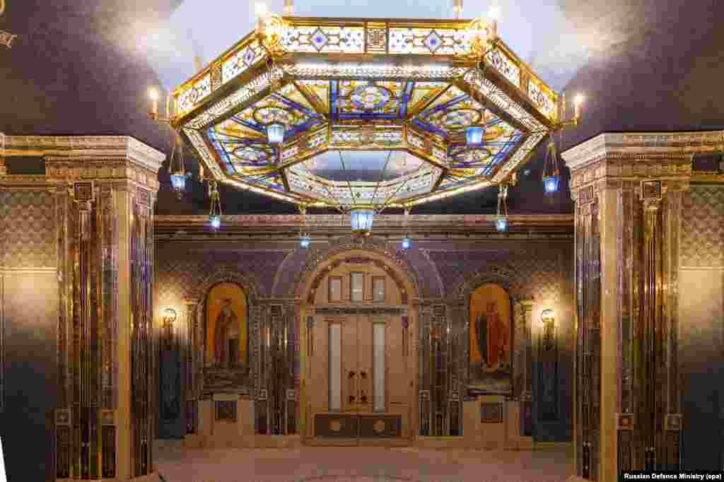 Interiorul strălucitor al catedralei în construcție. Mai toate aceste imagini au fost puse la dispoziție de Ministerul Apărării din Rusia la sfârșitul lunii aprilie.