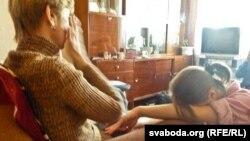 Владислав Ковалевтің анасы мен қарындасы қайғылы хабарды естіп отыр. Витебск, 17 наурыз 2012 жыл.