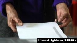 Бюллетень в руках избирателя. Иллюстративное фото.