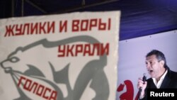 Оппозиция лидери Борис Немцов Москвадагы нааразылык митингинде сүйлөп жатат. 5-декабрь, 2011.