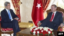 U.S. Secretary of State John Kerry (left) and Turkish Prime Minister Recep Tayyip Erdogan in Istanbul (file photo).