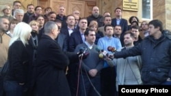 Пратеникот Игор Ивановски од СДСМ поддржан од неговите колеги од опозицијата, дава изјава за медиумите пред Собранието.