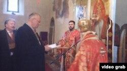 Filaret uručuje odlikovanje Šešelju