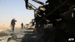 Сирийские повстанцы осматривают военную технику, брошенную правительственными войсками при отступлении. Ракка, 1 июля 2013 года.