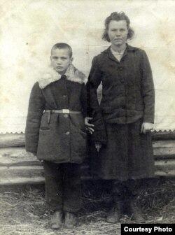 Францішак К. з мамай Францішкай.