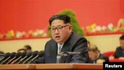Лидер Северной Кореи Ким Чен Ын на съезде партии в Пхеньяне, 7 мая 2016 года.