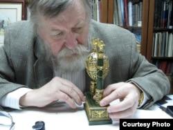 Валентин Скурлов. 2014 год, осмотр яйца 1902 года «Ампир», Нью-Йорк