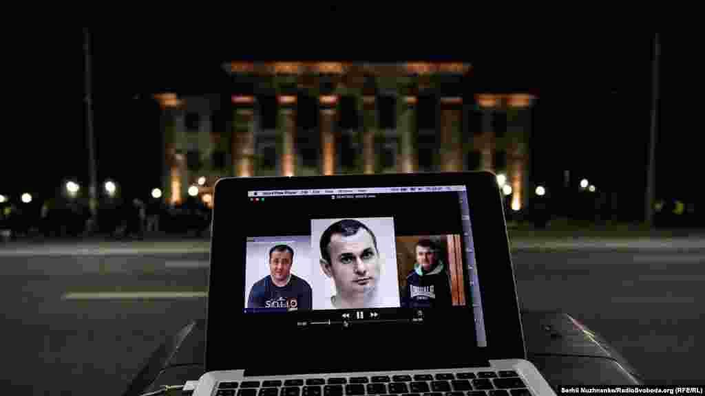 Также на дом были спроектированы изображения украинских политузников, освобождения которых требует голодающий Сенцов