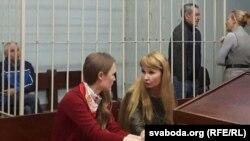 Віктар Воўчанка (зьлева ў клетцы) і Ўладзімер Косьцін (справа) падчас суду
