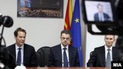 Министерот за финансии Зоран Ставрески, шефот на мисијата на ММФ Вес Мекгру и гувернерот на Народна банка Димитар Богов.