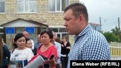Владимир Крючков, компания которого арендовала Кокпектинское водохранилище, дает комментарии после оглашения приговора. Село Ботакара в Бухар-Жырауском районном суде Карагандинской области. 20 июня 2016 года.