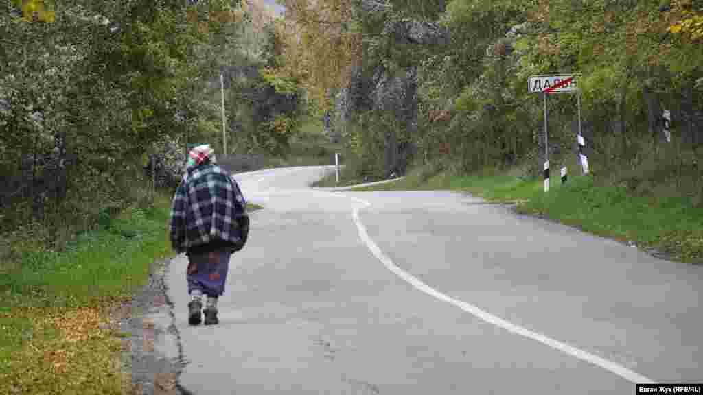 Жителька села Дальнє йде у сусіднє село