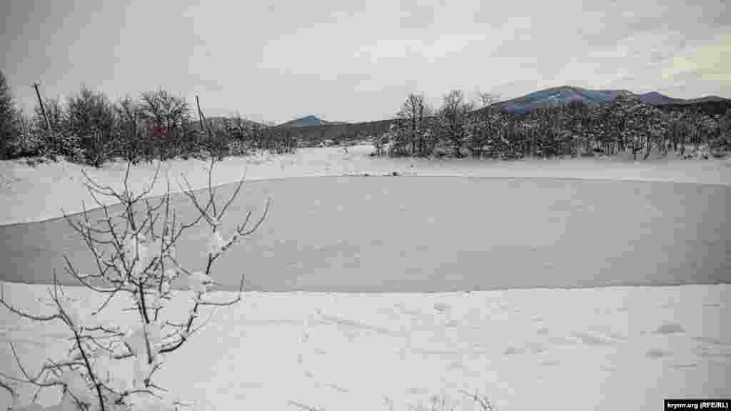 Дорога на вершину начинается из селаСинекаменка, что в Белогорском районе Крыма. На окраине села есть небольшой пруд, сейчас он покрыт льдом
