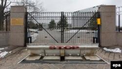 Ворота посольства России в Вашингтоне