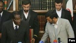 احمدی نژاد (راست) و رابرت موگابه رئیس جمهور زیمبابوه (چپ)