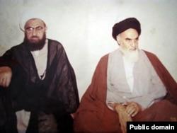 آیتالله محلاتی (چپ) در کنار آیتالله خمینی