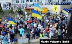 Активісти вимагають зняти з будівлі консульства Росії російський прапор. Одеса, 16 червня 2014 року