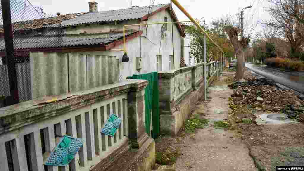 На улице Революции сохранилось немало старинных немецких домов на высоком цоколе и с просторными подвалами. Их нынешние хозяева утверждают, что дома построены во второй половине XIX века
