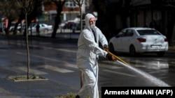 Një punëtor pastron rrugët në Prishtinë. Fotografi ilustruese.