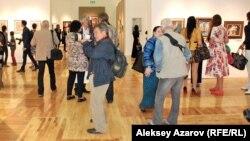 В зале музея, где проходит персональная выставка Никаса Сафронова. Алматы, 16 сентября 2014 года.