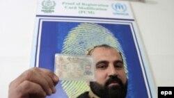 يو افغان کډوال خپل رجسټرډ شوی کارډ ښئ.