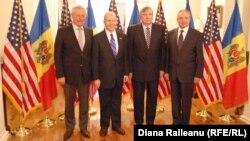 Слева направо: Петр Лучинский, посол США в Молдове Уильям Мозер, Мирча Снегур и Николае Тимофти на приеме в посольстве США в Кишиневе. 2012 год