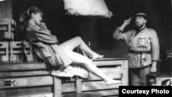 """Сцена из спектакля по пьесе Бертольта Брехта """"Человек есть человек"""", 1969."""