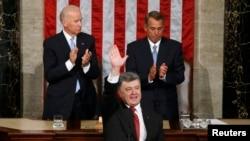 Вице-президент США Джо Байден (слева) и спикер палаты представителей Джон Бейнер аплодируют во время выступления президента Украины Петра Порошенко в конгрессе США. Вашингтон, 18 сентября 2014 года.