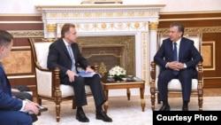 Президент Узбекистана Шавкат Мирзияев (справа) и председатель правительства Российской Федерации Игорь Шувалов. Ташкент, 23 августа 2017 года. Фото: пресс-служба президента Узбекистана.