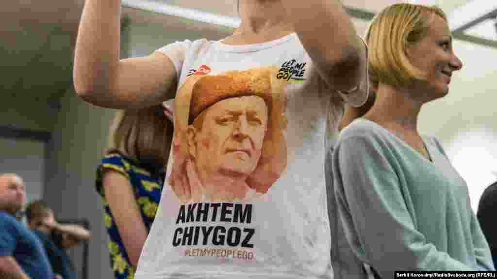 Футболка с изображанием содержащегося в заключении заместителя председателя Меджлиса крымскотатарского народа Ахтема Чийгоза