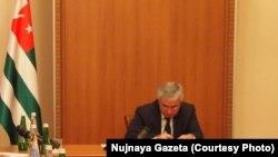Рауль Хаджимба, представляя коллективу МВД нового министра, заявил, что настало время более жестко и активно влиять на процессы, которые имеют место в Абхазии