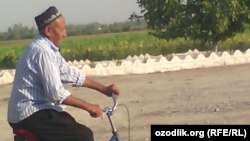 75-летний пенсионер из Намангана Хусан Ходжибаев отправился на своем велосипеде в Самарканд, чтобы прочитать Коран на могиле Ислама Каримова.