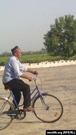 Hajga velosipedda yo'lga chiqqan nafaqaxo'r yo'lda tanish-notanish odamlarning uyida yoki ochiq osmon ostida tunab qolishni rejalagan.