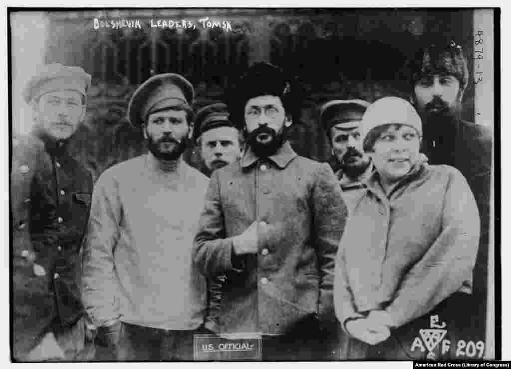 ბოლშევიკი მეთაურები და მათი სტენოგრაფისტი ტომსკში დატყვევების შემდეგ. კაცები მოგვიანებით სიკვდილით დასაჯეს.