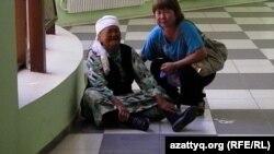 Слева - Сандор Актаева, мать осужденного на шесть лет Нурлана Джарилгасинова, плачет после оглашения приговора. Фото взято из аккаунта блогера Дины Байдилдаевой в Twitter. Актау, 4 июня 2012 года.