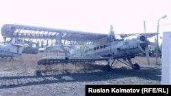 Старый самолет в аэропорту Казармана.