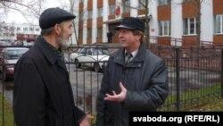 Хрыстафор Жаляпаў і Аляксей Гаўруцікаў каля суду