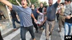 جمعیت معترض پیکر یکی از کشتهشدگان درگیریهای ۳۰ خرداد ۸۸ را حمل میکنند