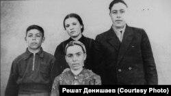 Сафие Денишаева (в центре) и ее дети (слева направо) Шевкет, Диляра и Решат в спецпоселении. Узбекистан, поселок Пскент, первая половина 1950-х годов