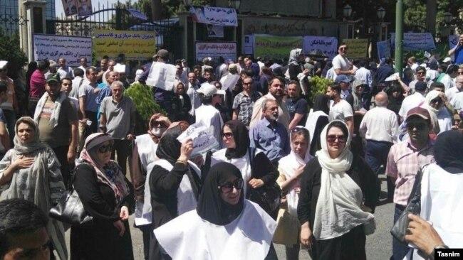 یکی از تجمعات اعتراضی سپردهگذاران کاسپین در برابر بانک مرکزی ایران