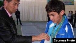 Азамат Оразбектің Лондондағы паралимпиадаға іріктеу жарысында алтын медальмен марапатталған сәті. Шымкент, 7 қыркүйек 2011.