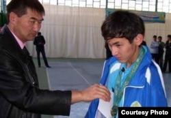 Азамат Оразбек получает золотую медаль по результатам отборочного турнира на параолимпиаду в Лондон. Шымкент, 7 октября 2011 года.