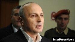Грузияның бұрынғы премьер-министрі Вано Мерабишвили тергеуден шығып журналистерге жауап беріп тұр. Тбилиси, 7 желтоқсан 2012 жыл.