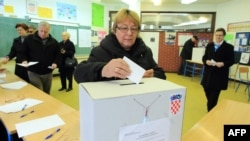 Женщина отдает свой голос на референдуме по поводу вступления в Евросоюз. Загреб, 22 января 2012 года.