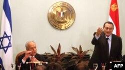 شیمون پرز (چپ) در کنفرانس مطبوعاتی مشترک با حسنی مبارک