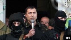 فرماندار خود خوانده منطقه لوگانسک در شرق اوکراین در حال صحبت با خبرنگاران